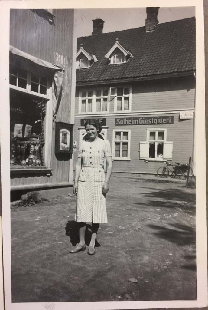 Her et gammelt bilde, hvor huset til venstre i dag huser vårt bakeri og utsalg, mens Evensen-gården (Solheim Gjestgiveri) i bakgrunnen i dag huser Kirkekontoret.