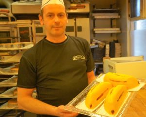 Baker og medeier Andreas presenterer banankaker.